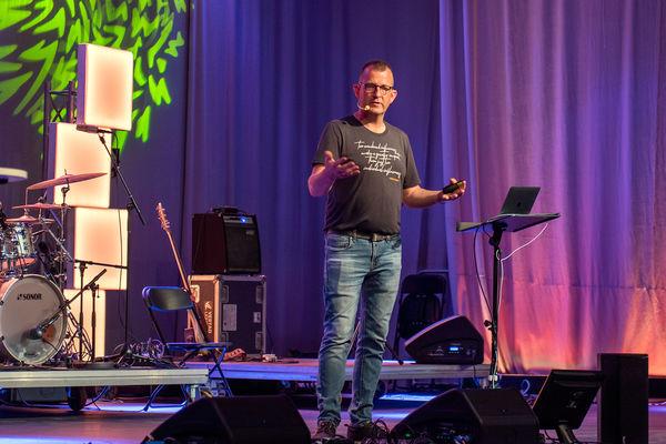 """Jon Løvland var hovedtaler på årets Sommerfest. Han skrev også stevnesangen """"Kirke uten vegger""""."""